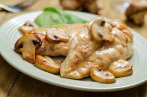 scaloppine-di-pollo-al-latte-e-funghi